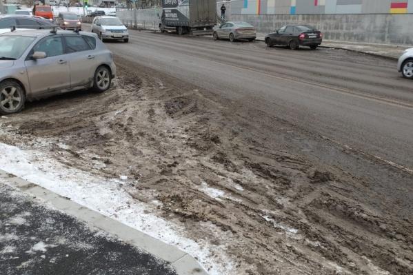 Уже второй день на дорогах Красноярска наблюдается такая картина