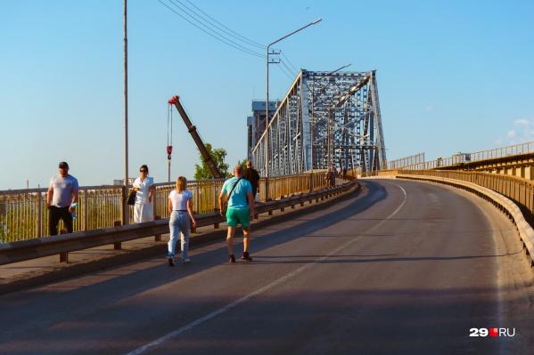 Пешеходы смогут пройти по мосту только в определенные часы дня