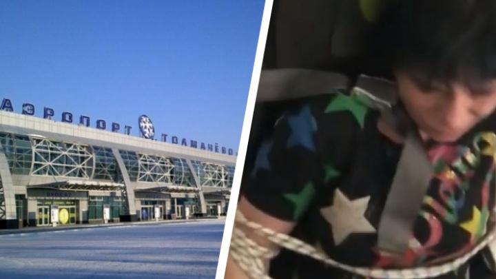 Неадекватную пассажирку самолета Владивосток — Новосибирск привязали к креслу скотчем и веревками