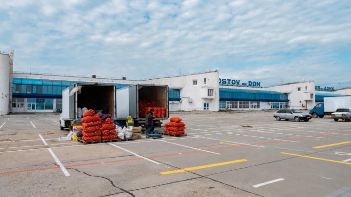 Вместо багажа — мешки с картошкой: как выглядит старый аэропорт Ростова, куда переезжает овощной рынок