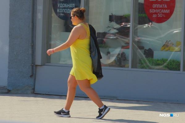 Девушка в сарафане на Советской. А вы уже убрали теплую одежду подальше? Если да, то у нас грустные новости: через пару дней в Новосибирск придут заморозки