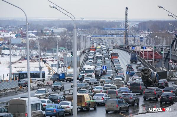 """По словам городских властей, в сутки по двум действующим мостам проезжает более <nobr class=""""_"""">125 тысяч</nobr> машин"""
