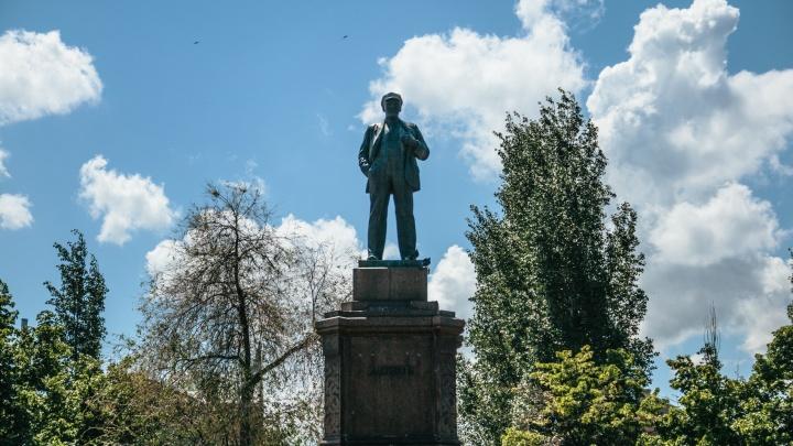 Памятник Ленину на площади Революции защитили от сноса
