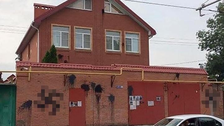 После соседской ссоры на доме в Ростове появились гигантские свастики. Почему их не могут закрасить?