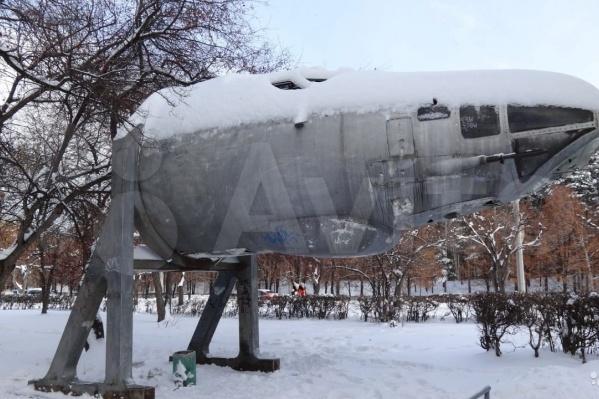 Кабина раньше стояла на улице 40-летия Октября в Снежинске, потом ее перевезли на промплощадку, а теперь она ищет новых владельцев
