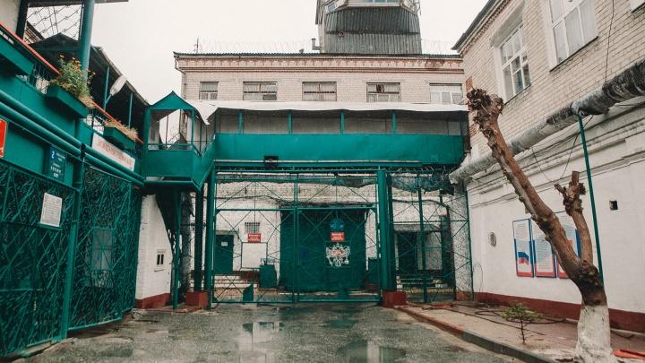 С высоты 3-го этажа в тюменской колонии выпал осужденный