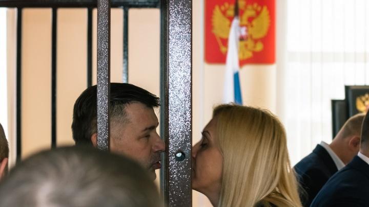 «Лучше выпустите мужа!»: жене Дмитрия Сазонова вернули часть арестованного имущества