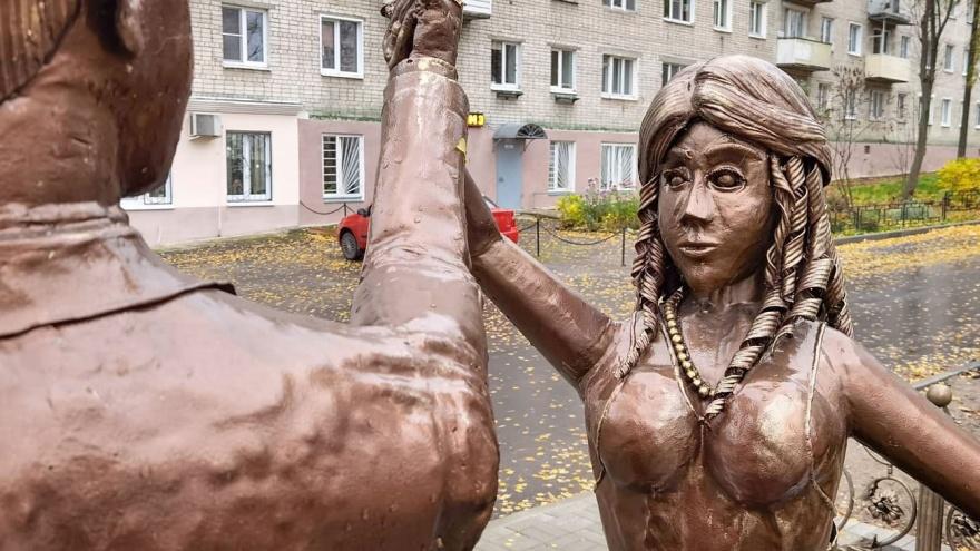 «Дровосек и страшилище». Пугающий памятник молодоженам появился у ЗАГСа в Павлове