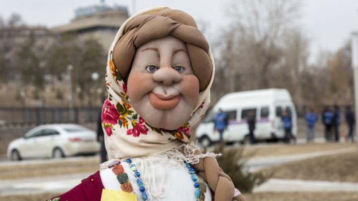 Румяные Масленицы, дедушки и балалаечники: показываем, как Волгоград готовится к проводам зимы