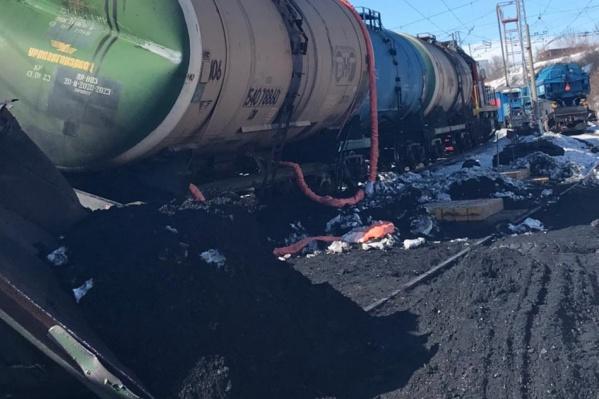 Уголь перевозили в составе грузовоего поезда из 66 вагонов