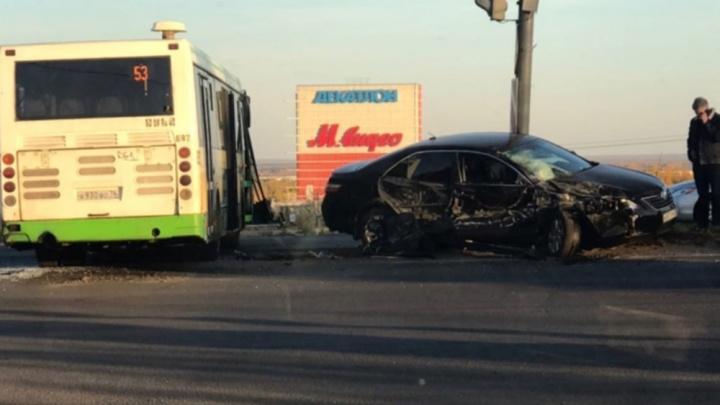 «Летел на красный»: в Ярославле столкнулись автобус и «Тойота»