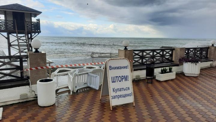 В Сочи все пляжи оставили закрытыми, хоть погода и улучшилась