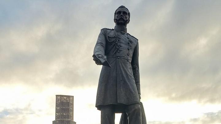 Памятник Александру II на Алом Поле могут обнести забором из-за срыва покрывала с монумента