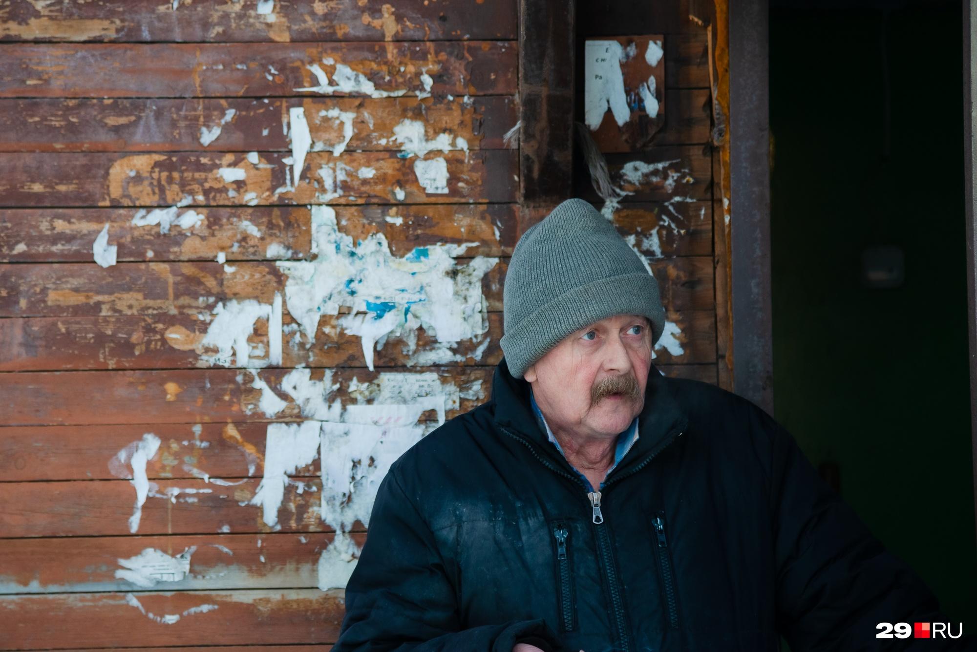 Местный житель Сергей сам когда-то работал в сфере ЖКХ, говорит, что трубы давно уже требуют замены<br>