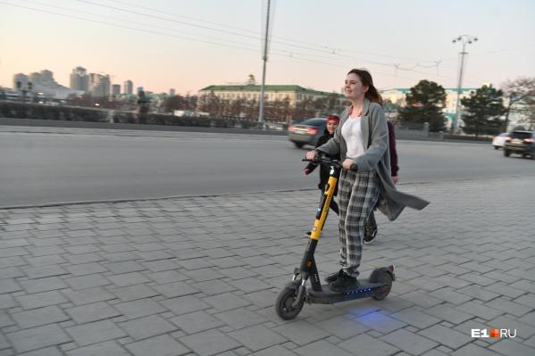 Электросамокат считают идеальным транспортом для города, но пешеходы их побаиваются