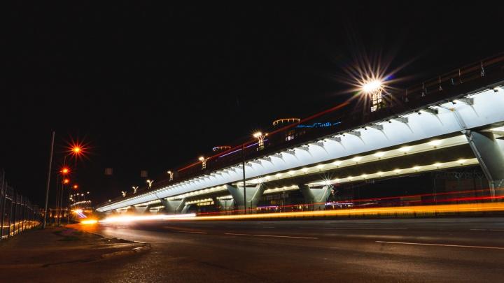 Власти потратили более шести миллионов на подсветку метромоста. Получилось красиво