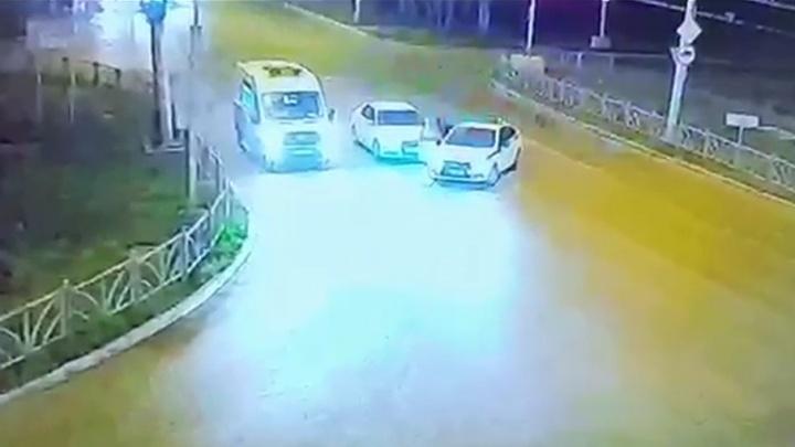 Протащил за собой по дороге: появилось видео наезда Audi на инспектора ДПС в Екатеринбурге