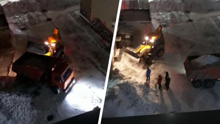 Сибирячка с помощью полиции пытается запретить бизнес-центру чистить снег в 2часа ночи— видео шумной уборки