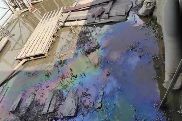 Дворы жителей Верхней Салды оказались залиты не только водой, но и мазутом