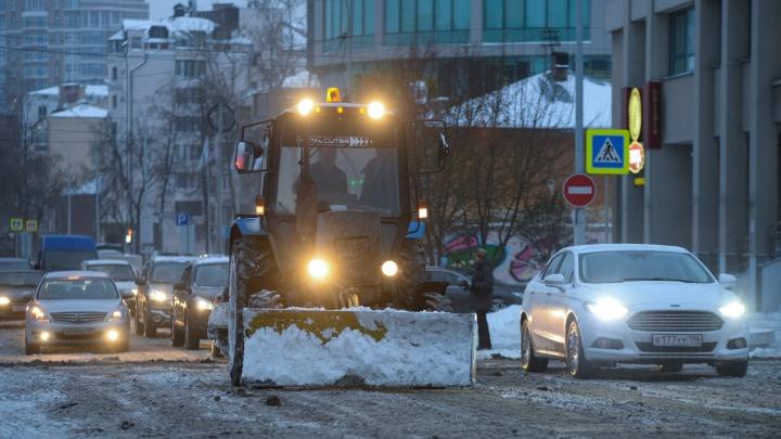 Екатеринбург накрыло снегом: на улицы выехала спецтехника, она будет работать всю ночь