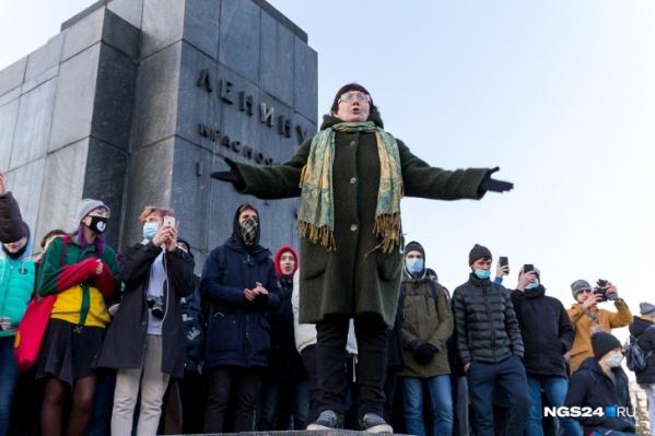 Женщина первой отважилась выступить с речью на вчерашнем несогласованном митинге