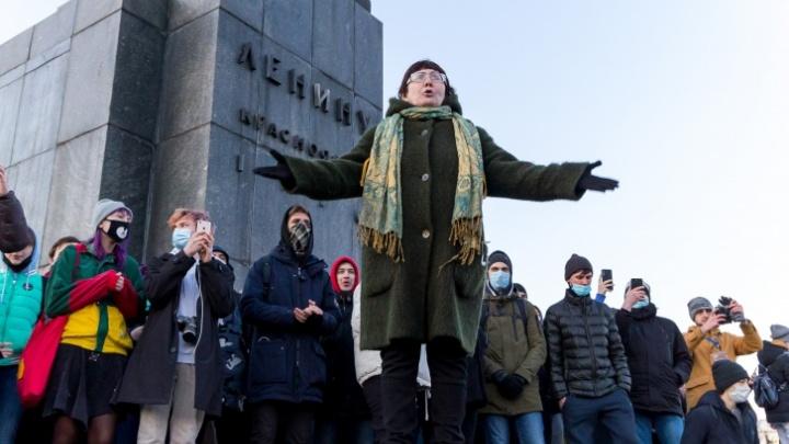 Организатором несогласованной акции в Красноярске признали педагога, выступившую с речью на митинге