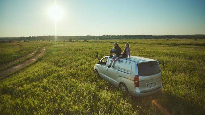«Мечтаем махнуть в Европу»: пара из Екатеринбурга переделала старенький фургон в спальню на колесах