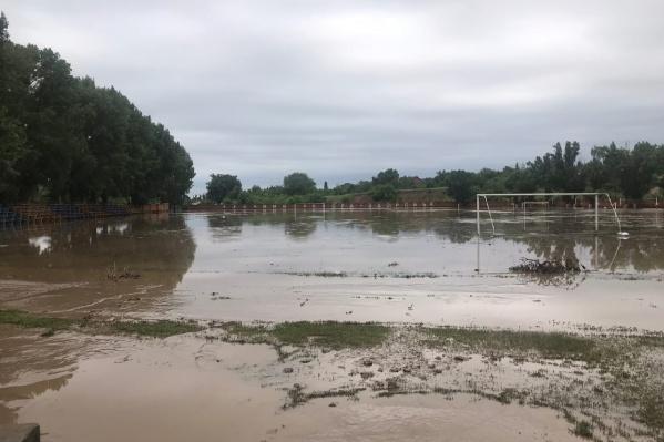 В Тацинской затопило 15 домов и рынок