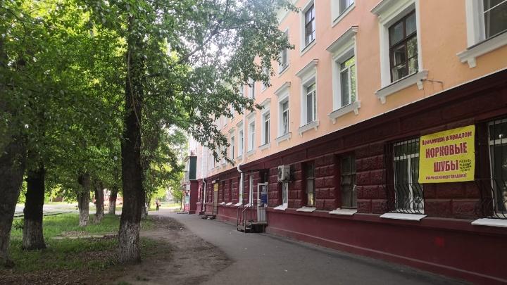 Полиция нашла мать шестилетней девочки, стоявшей в окне трехэтажки на Серова