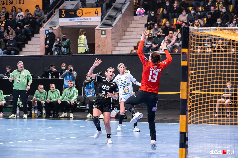 Полина Кузнецова взглядом провожает мяч в сетку ворот «Ференцвароша»