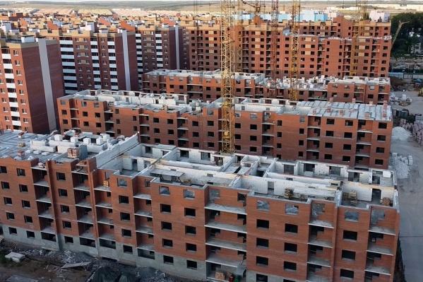 Новые дома смотрят пустыми глазницами незастекленных окон