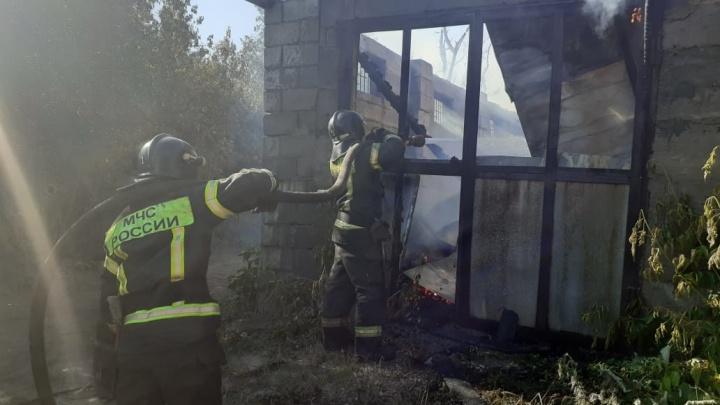 Крупный пожар уничтожил три жилых дома в Челябинске