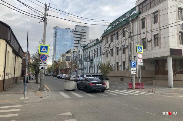 Водители легковых машин без труда проезжали между барьерами, которыми перекрыли улицу Рашпилевскую