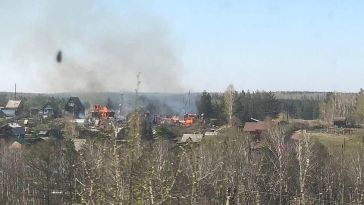 На Колягино горят четыре дачных домика — огонь перекинулся из-за плотной застройки