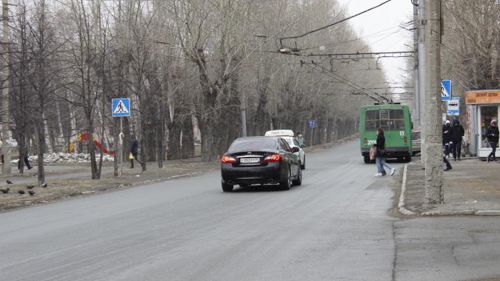 Лишения прав не боятся: место в Новосибирске, где водители сокращают путь по встречной полосе (схема нарушений)