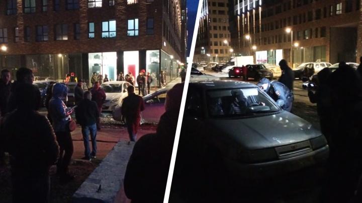 Охранник задержан: жители Широкой Речки массово вышли на улицу, чтобы выгнать нелегальных парковщиков