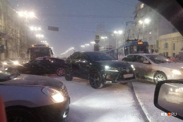 Непростую дорожную ситуацию усугубляет снегопад