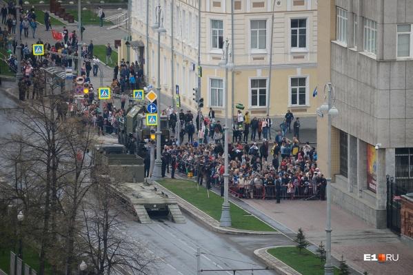 К сожалению, парад Победы остаетсядля горожан малодоступным мероприятием