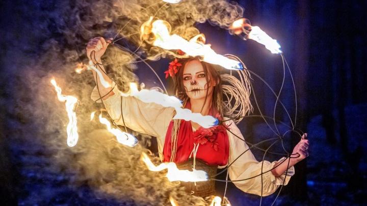 Жуть какая-то! На окраине Екатеринбурга собрались ведьмы с рогами и мётлами