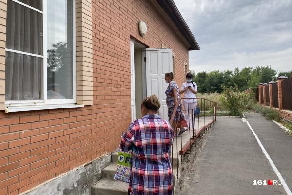 Посетители и медик у входа в инфекционное отделение