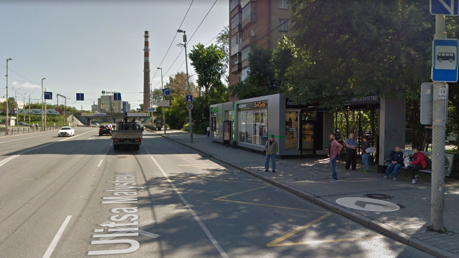 Стандартная выделенная полоса «по ГОСТу» прерывается перед каждым перекрестком, и общественный транспорт оказывается в одном ряду с остальным транспортом