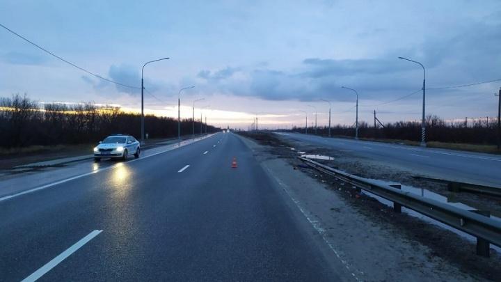На туманной трассе под Волгоградом погиб пешеход с велосипедом: видео с регистратора