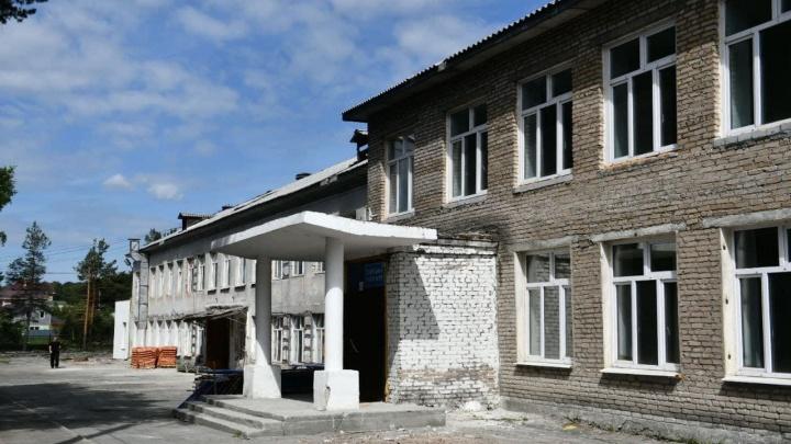 В Екатеринбурге на капремонт закрыли школу, где ученики пользовались выгребной ямой