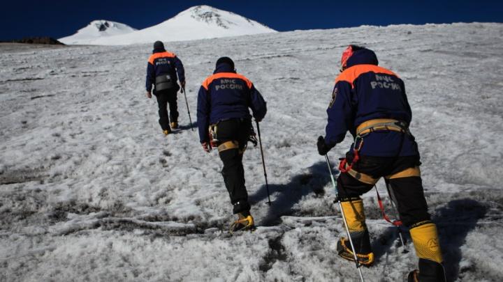 Альпинист из группы самарцев сорвался в расщелину на Эльбрусе