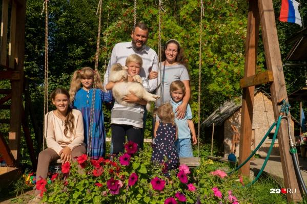 Кирилловы — патриоты, об этом сообщает и триколор во дворе. Любят свою Родину и маленький Северодвинск