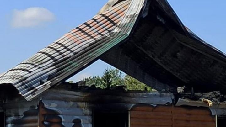 В Уфе у семьи учителей сгорел дом. Пожарные подозревают поджог