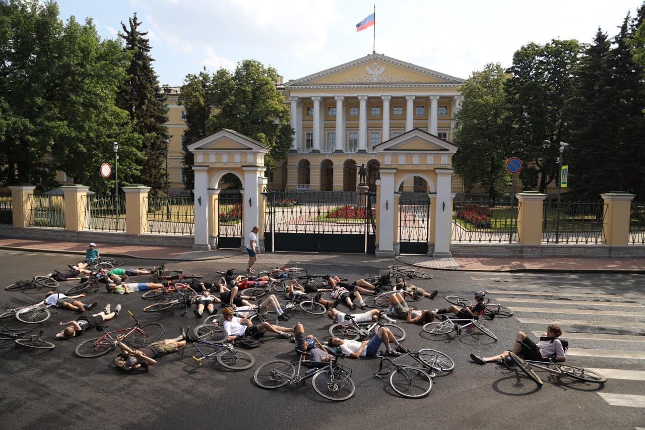 И на последнем месте  владельцы автомобилей. Велосипедисты имитировали свою смерть под окнами губернатора Петербурга