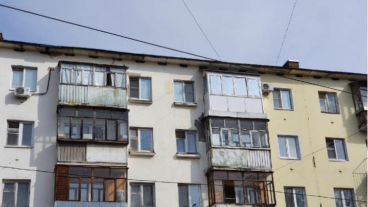 «У некоторых еще и трусы висят»: ярославцы разругались из-за требований управдома расстеклить балконы