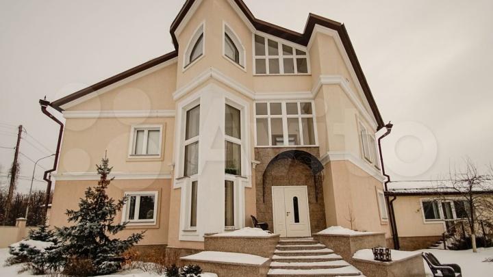 В Тюмени продают коттедж за 115 млн рублей. Он принадлежит семье бывшего чиновника из ЯНАО
