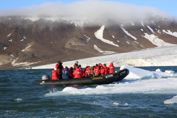 Круизы вдоль берегов островов совершаются в небольших лодках — именно так туристы могут приблизиться и к животным, и к айсбергам